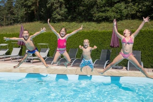 Kinder am Pool Ferienwohnungen Jernej Katharina amTurnersee