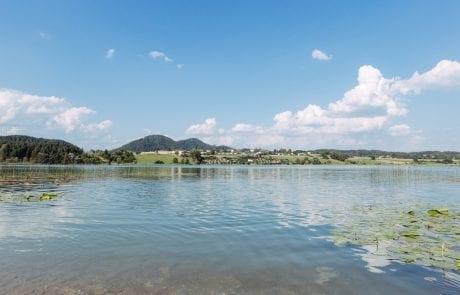 Naturbelassener ruhiger Strand am Turnersee in Kärnten Ferienwohnungen Jernej Katharina