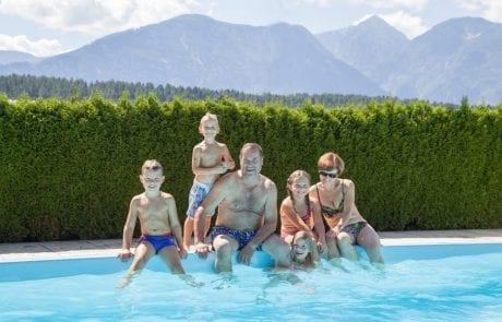 Familie am Pool Ferienwohnungen Jernej Katharina