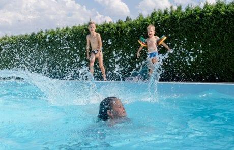 Swimmingpool Kinder am Pool Ferienwohnungen Jernej Katharina